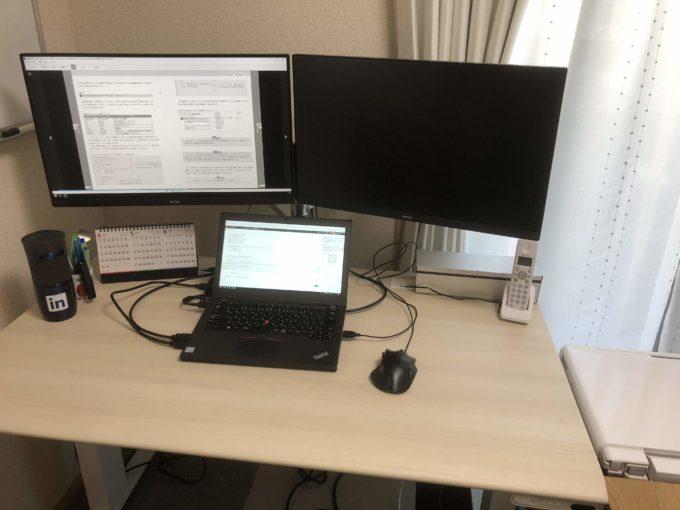スタンディングデスクとモニターの作業環境、座っているとき