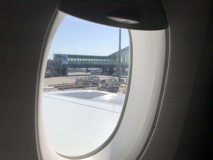 飛行機の窓からの羽田空港