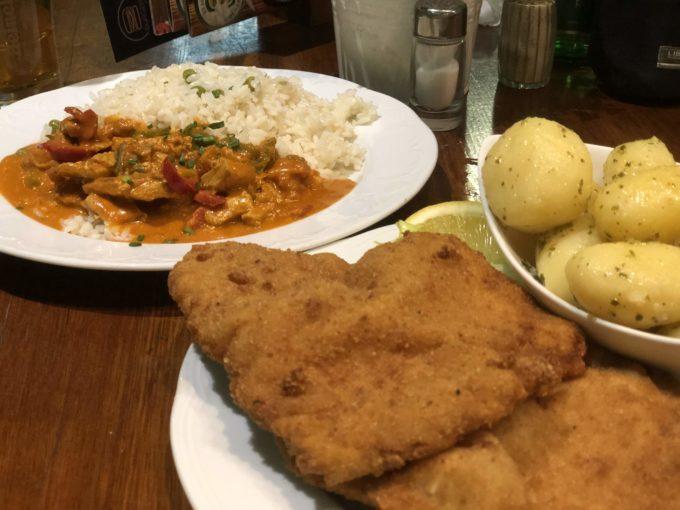 豚肉のシュニッツェルとグヤーシュ風ソースがけ七面鳥ご飯