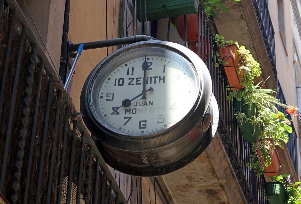 moment-clock