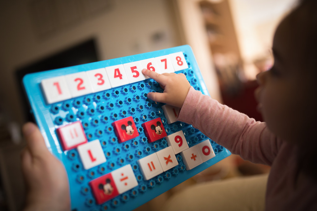 Kleinkind lernt die richtige Zahlenreihenfolge